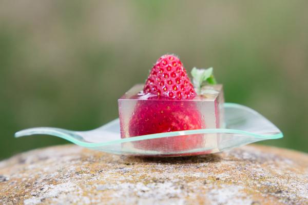 Inclusion de fraise en gelée de cerfeuil musqué